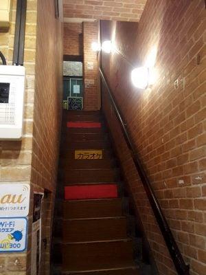 リトル肉と日本酒のエントランス。この階段を登る