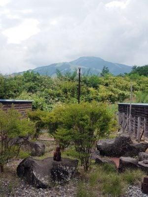 「倉下の湯」の休憩所から見える…山。