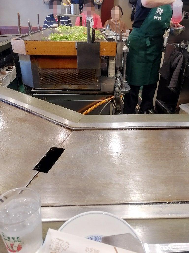 お店の中央の大きな鉄板で焼いてもらう。