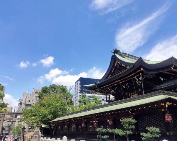 大阪天満宮と青い空